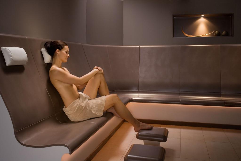 Wellness-Produkte - Sitzbänke mit Frau